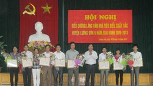 Đại diện lãnh đạo huyện Lương Sơn trao giấy khen của UBND huyện cho các cá nhân, tập thể có thành tích xuất sắc trong phong trào xây dựng làng văn hóa.